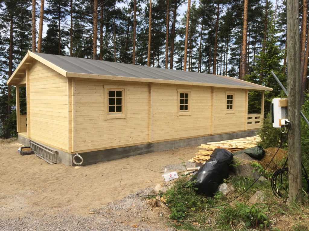Casa de hu spedes a medida con dos dormitorios casetas for Casetas de jardin con porche