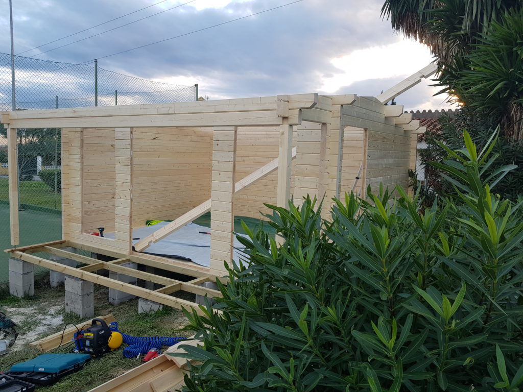 Porche acristalado con techo de madera teja y velux for Casetas de jardin con porche