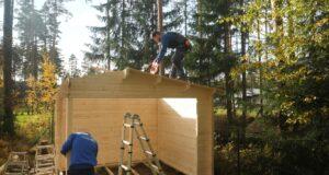 Montaje de una casa de madera en un día